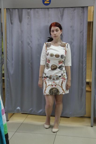 Платье минского производства из синтетики понравилось и стилисту, и корреспонденту. Цена  580 тысяч рублей. На фото – Юлия Грицкевич.