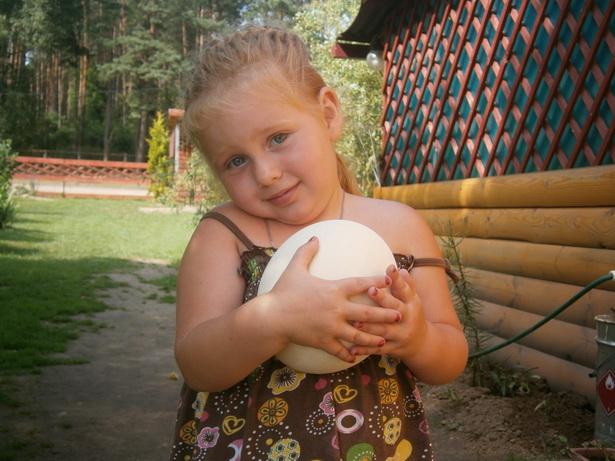 Доминика со страусиным яйцом. фото Натальи Семенович