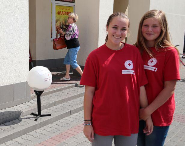 Ангелина и Оля - волонтеры Красного Креста из СШ №19