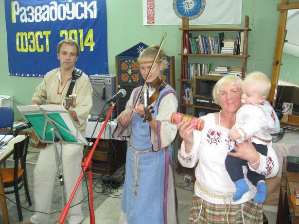 Выступае Галіна Ярашэвіч (справа) з унукам, сынам і нявесткаю