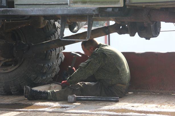 Чтобы техника недвижимо стояла на платформе, колеса закрепляли деревянными брусками. Фото Александра Трипутько