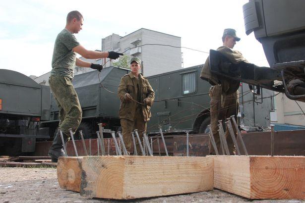 Деревянные бруски для фиксирования колес и гусениц военнослужащие прибивали к платформе огромными гвоздями. Фото Александра Трипутько