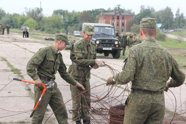 Для закрепления военной техники военнослужащим понадобилось несколько сотен металлических прутьев. Фото Александра Трипутько
