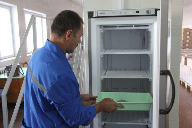 Формы помещают в морозильник для быстрого охлаждения. Фото Александра ТРИПУТЬКО