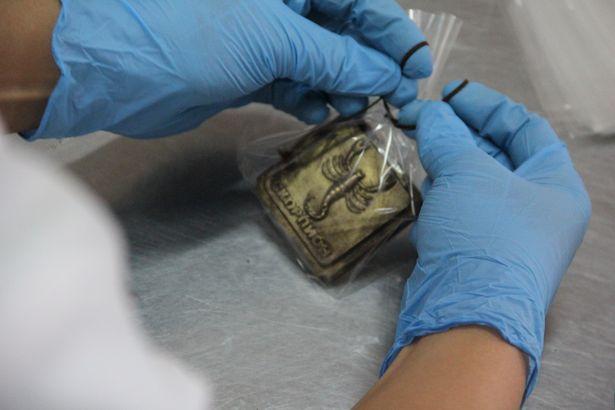 Упаковку завязывают коричневым шнурком, который на вид – шоколадный. Фото Александра ТРИПУТЬКО