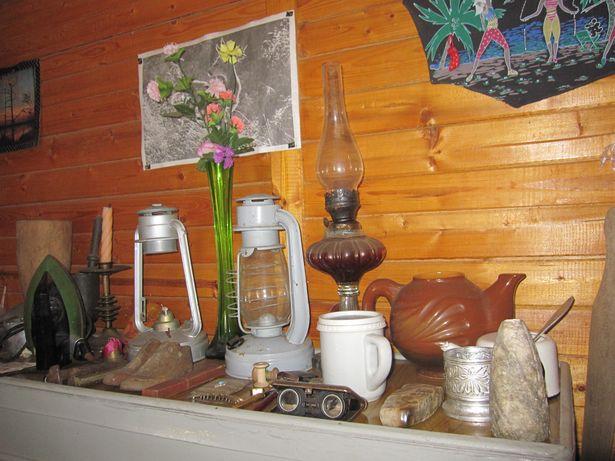 В дачном домике Людмила собрала мини-музей со старыми лампами, посудой и другими предметами быта, собранными на участке и привезенными от знакомых.
