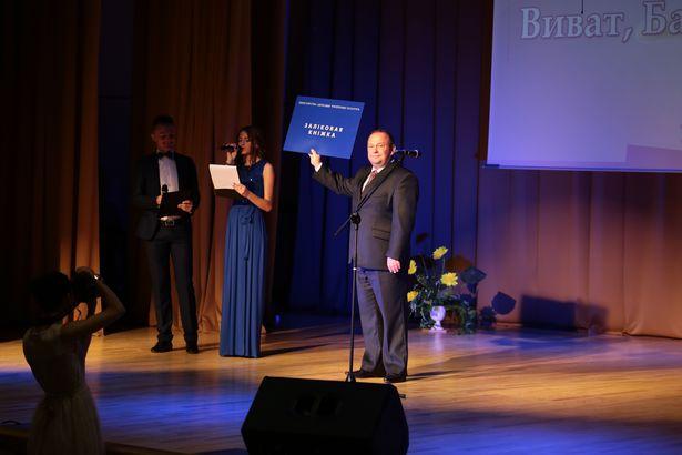 Сімвалічная залікоўка ў руках мэра горада Баранавічы Юрыя Грамакоўскага
