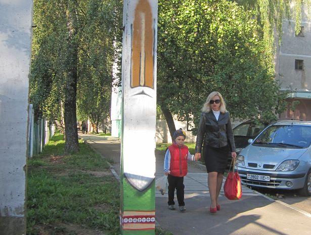 Тотем БЕЛОРУССКИЙ СТАРИЧОК появился у входа в детский сад №27. Фото Ольги Широкоступ