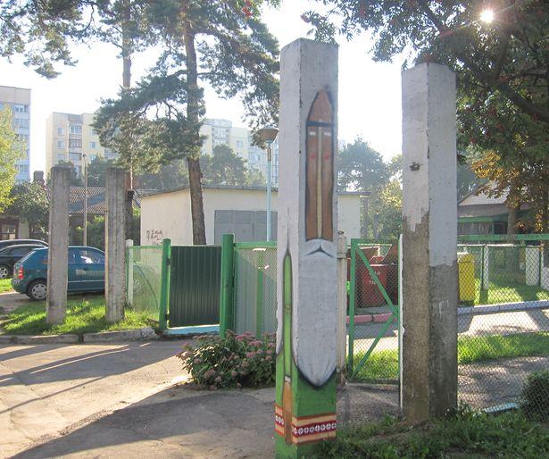 В ближайшее время подобные тотемы нарисуют на всех четырех столбах у входа в сад. Фото Ольги Широкоступ