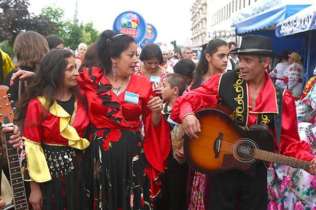 На 10-м Республиканском фестивале национальных культур в Гродно Анжелика (в центре) пользовалась популярностью и вне сцены.
