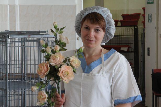 Валентина Шиленкова мастерски делает цветы из сахара и мастики. Фото: Александр Трипутько.