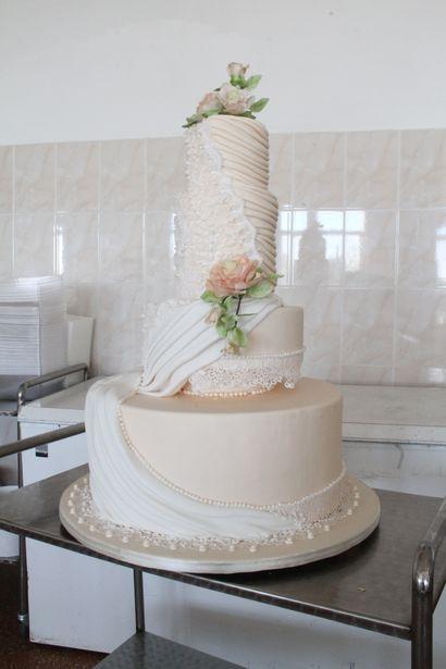 Торт, изготовленный с элементами свадебного платья. Фото: Александр Трипутько.