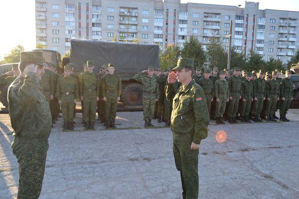 Командир 120-й ЗРБР полковник Андрей Арефьев докладывает командующему ЗОТК полковнику Андрею Гурцевичу о прибытии бригады с полигона. Фото из архива 120-й ЗРБР