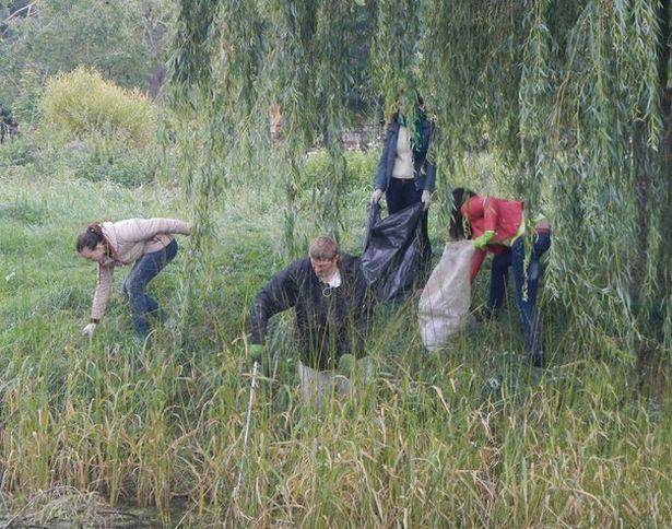 Активисты убирают территорию, прилегающую к озеру Светиловскому. Фото из архива участников