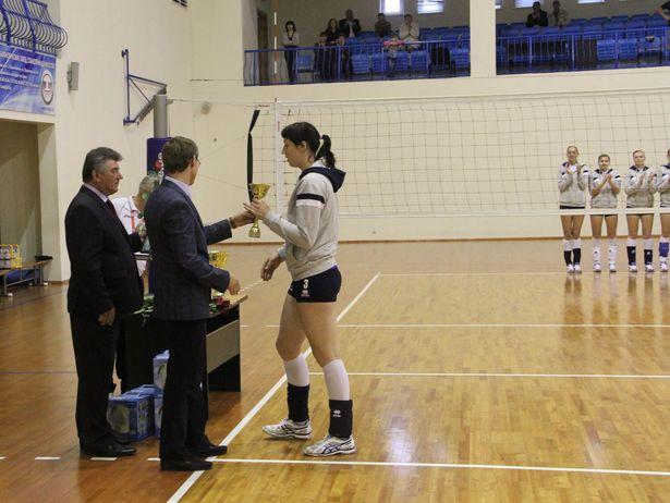 Вручение бронзового Кубка барановичскому волейбольному клубу. Фото: Александр Трипутько.