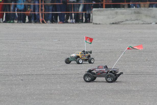 Маневрирование  моделей гоночных автомобилей. Фото: Александр ТРИПУТЬКО.