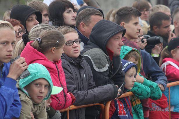 Зрителей на шоу не испугал даже дождь. Фото: Александр ТРИПУТЬКО.