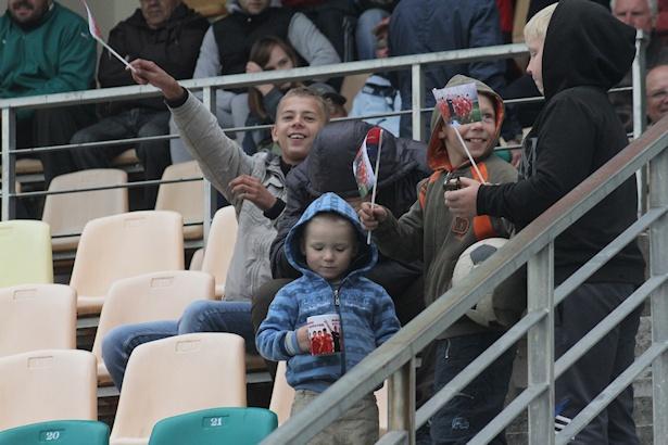 Самому юному болельщику на матче был вручен приз - кружка с атрибутикой клуба. Фото: Александр ТРИПУТЬКО.