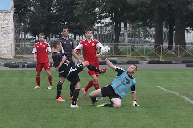 Вратарь Дмитрий Тарасевич отбивает мяч. Фото: Александр ТРИПУТЬКО.