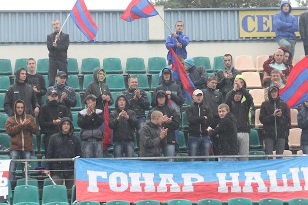 Несмотря на дождливую погоду, на трибуны пришли верные болельщики барановичского клуба. Фото: Александр ТРИПУТЬКО.