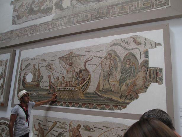 Гид Рами рассказывает о римской мозаике «Улисс и Сирены», которая датируется III-м веком н.э.