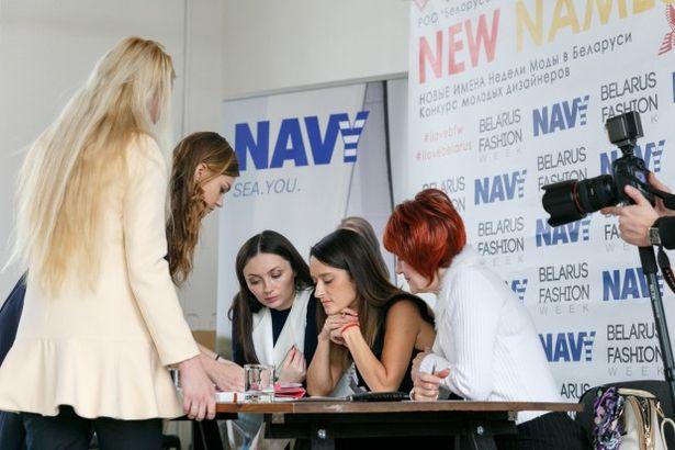 Жюри рассматривает эскизы коллекций участников конкурса. Фото: Сергей ТАМКОВ, с сайта newnames.bfw.by