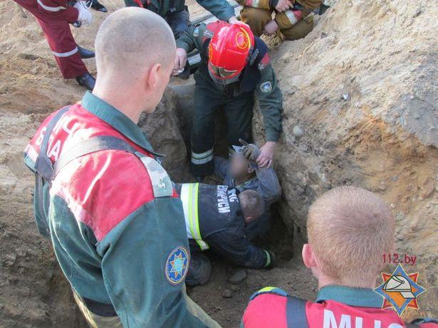 Спасатели откапывают засыпанного мужчину. Фото: Сайт МЧС http://mchs.gov.by