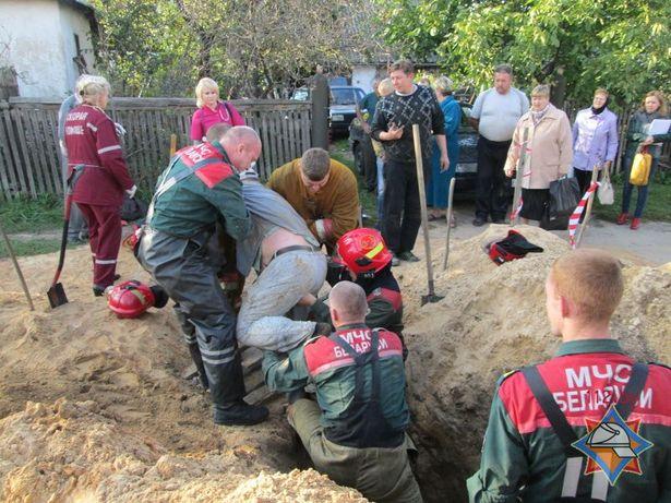 Спасатели достают засыпанного мужчину. Фото: Сайт МЧС http://mchs.gov.by