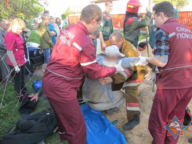 Медики вместе со спасателями оказывают помощь пострадавшему. Фото: Сайт МЧС http://mchs.gov.by