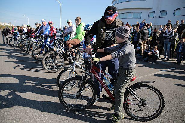 Самому маленькому участнику на велосипеде (6 лет) вручили памятную нашивку.