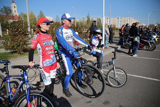 Семья велосипедистов: Наталья, Игорь и Татьяна (11 лет). Девочка – дважды чемпионка области по веломотокроссу.