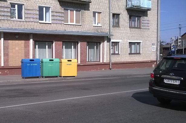 Кантэйнеры для збору смецця на вул. Камсамольскай