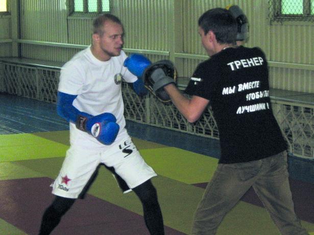Бойцы отрабатывали удары с тренером Максимом Корольковым (справа).