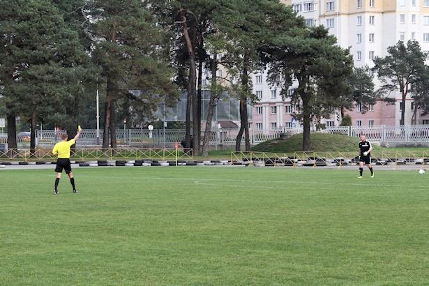 Судья показывает вратарю Дмитрию Тарасевичу желтую карточку. Фото: Александр ТРИПУТЬКО.