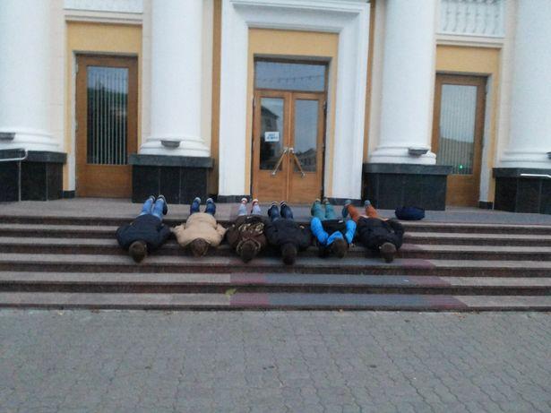 Планкінг - флэшмоб, які прадугледжвае ляжанне з выцягнутымі рукамі ў самых непрадказальных месцах Фота: Сацсетка ВКонтакте