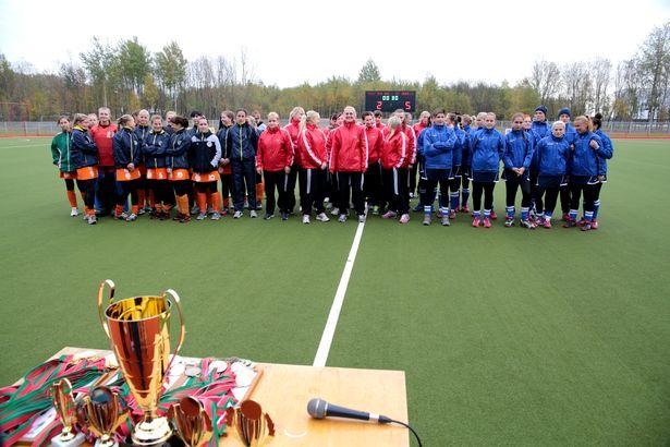 Команды-призеры чемпионата Беларуси по хоккею на траве перед награждением