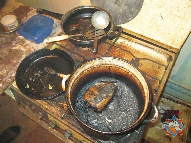Задымление произошло от возгорания пищи на газовой плите.