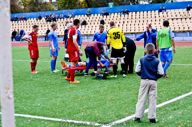 Футболист Орши получил травму после столкновения с вратарем Дмитрием Тарасевичем. Фото со страницы официальной группы  ФК Жлобин ВКонтакте.