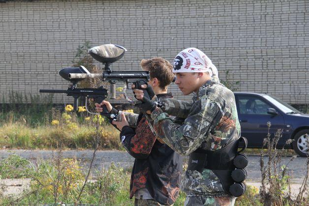 Хлопцы правяраюць зброю перад гульнёй