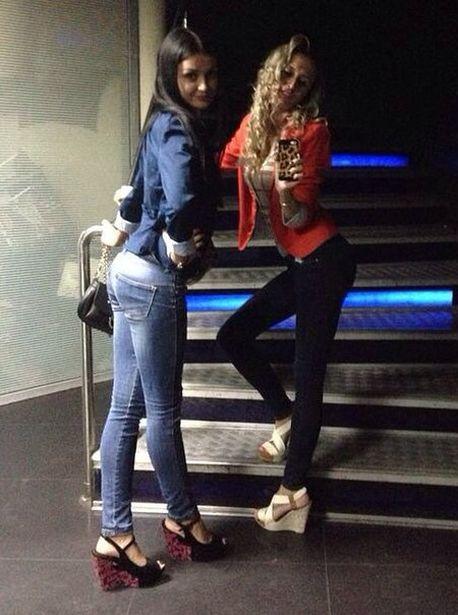 Девушки в одежде красно-синего цвета. Фото с официальной страницы ФК Барановичи ВКонтакте.