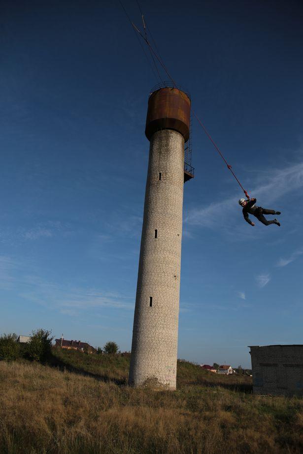 Перед прыжком начинающих роупджамперов Евгений всегда прыгает первым, чтобы проверить страховку и правильность закрепления снаряжения.
