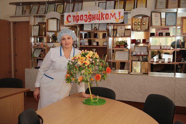 Идея Галины Довгач украсить сахарными цветами зонт получила высокую оценку: кондитер заняла 3 место.