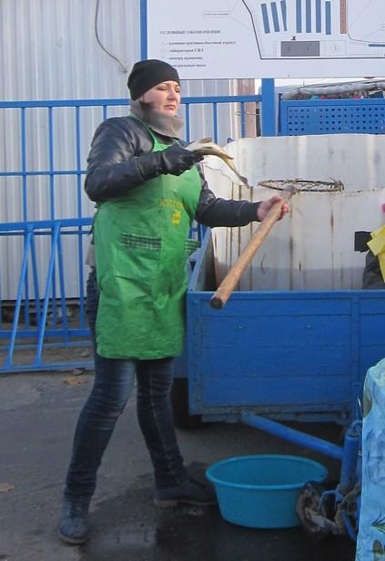 Свежую рыбу вылавливали из бочки при покупателях. Фото: Ольга ШИРОКОСТУП