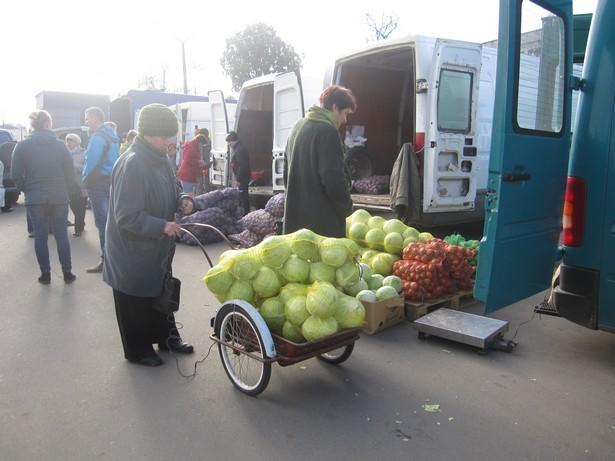 Некоторые горожане покупали овощи мешками. Фото: Ольга ШИРОКОСТУП