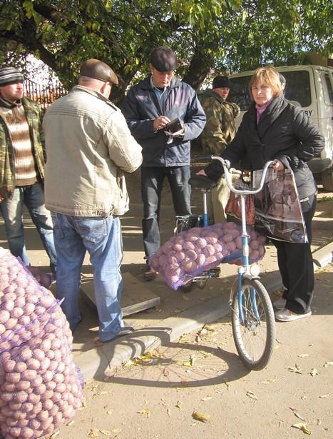 Покупатели приезжали отовариваться и на велосипедах. Фото: Ольга ШИРОКОСТУП