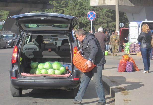 Чтобы загрузить купленные сетки овощей, некоторым горожанам приходилось подъезжать к мини-рынку. Фото: Ольга ШИРОКОСТУП