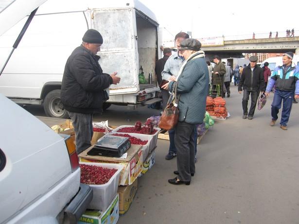 В основном клюкву покупали литровыми баночками за 25 тысяч рублей. Фото: Ольга ШИРОКОСТУП
