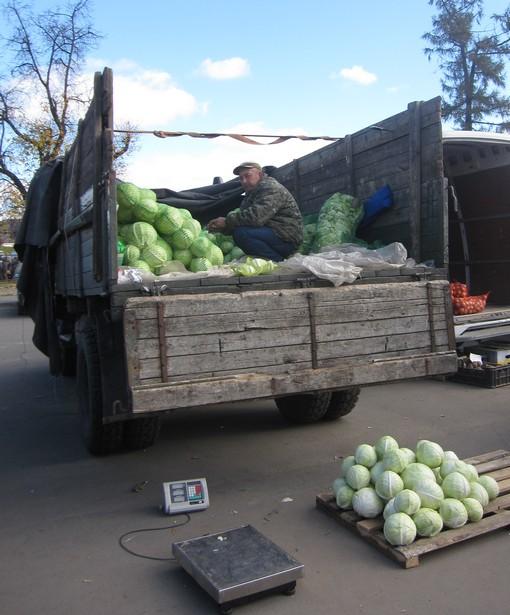Продавцы овощей отмечают малое число покупателей по сравнению с прошлым годом. Фото: Ольга ШИРОКОСТУП