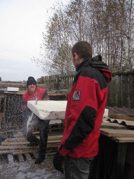 Волонтеры утепляют будки к зиме. Фото: Ольга ШИРОКОСТУП