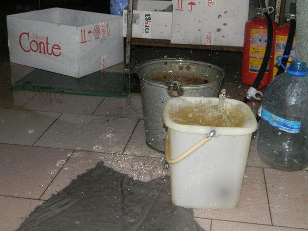 За два часа до окончания рабочего дня с потолка начала капать теплая вода.